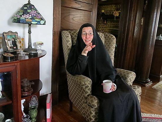 Можно ли при месячных ходить в церковь, ставить свечи, исповедоваться и причащаться? Ответ сестры Вассы Лариной