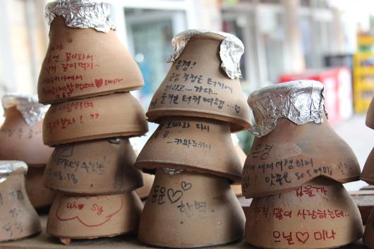 Крышки от Тести кебаба с надписями посетителей ресторана в Гёреме, Каппадокия