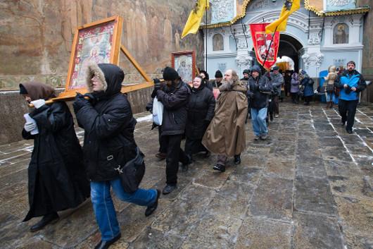 Шествие противников евроинтеграции из лавры