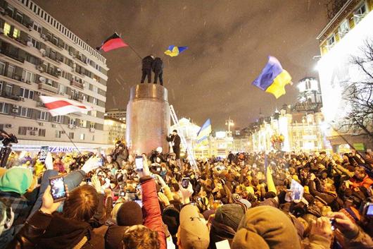 Снесен памятник Ленину в центре Киева