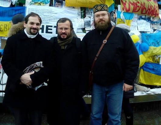 Архим. Кирилл Говорун, прот. Андрей Дудченко и Юрий Черноморец на майдане в Киеве