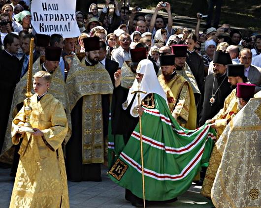 Патриарх Кирилл во время праздничного молебна на Владимирской горке в Киеве