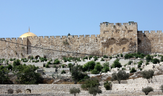 Ворота в Восточной стене Иерусалима. Вид от церкви Всех Наций в Гефсиманском саду