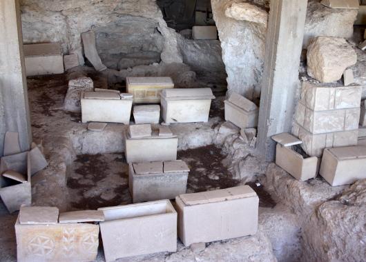 Древние оссуарии в Иерусалиме