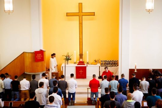 """Путь ко Спасителю Иисусу Христу"": крещение 24 мусульманских беженцев в церкви Святой Троицы. Фото Юлии Циммерман."