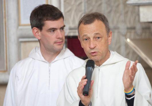 Брат Алоис (справа) и брат Бенуа в Спасо-Преображенском соборе Киева. Май 2015. Фото Сергея Гаджилова.