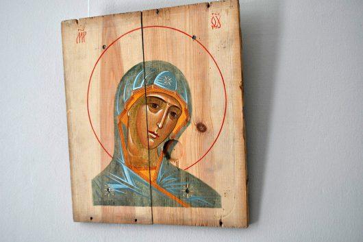 Иконы авторства художника Александра Клименко, написанные на досках из ящиков из-под боеприпасов из зоны АТО. Фото: dnepr.com
